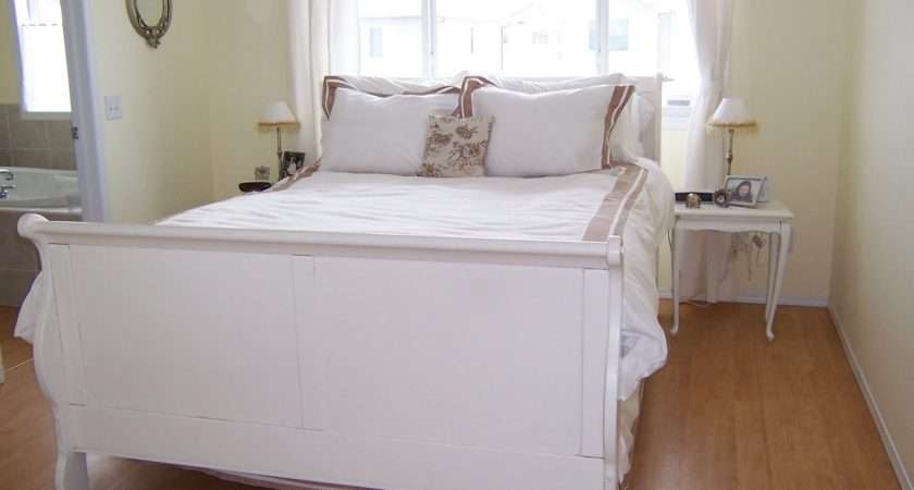 White Cottage Chic Shabby Bed